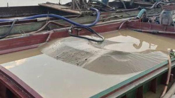 Tạm giữ 3 tàu khai thác cát trái phép trên sông Mã