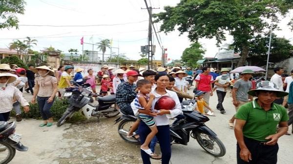 Thanh Hóa: Người dân kéo lên UBND xã phản đối việc sát nhập trường