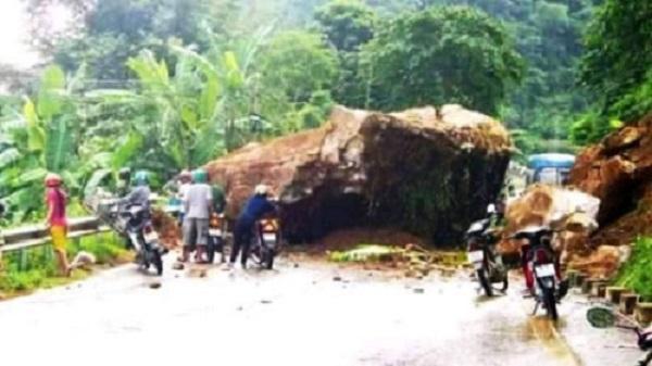Nổ mìn phá đá chắn ngang quốc lộ 217 tại Thanh Hóa