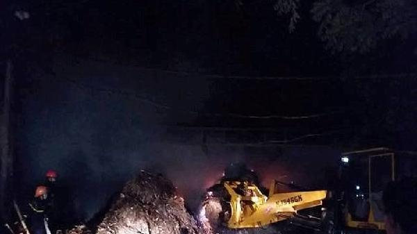 Cháy xưởng chế biến gỗ trong đêm ở Thanh Hóa