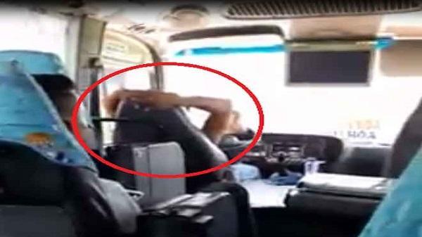 Clip: Tài xế khoanh tay sau gáy, điều khiển xe khách chạy trên đường