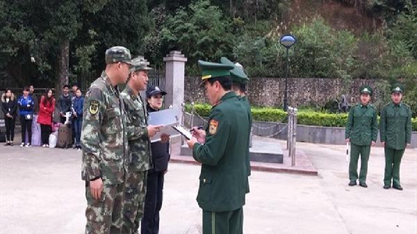Bộ đội Biên phòng Cao Bằng tiếp nhận 12 người vượt biên trái phép