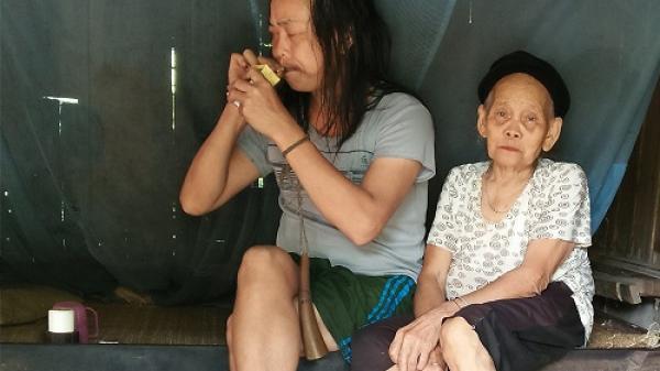 Thanh Hóa: Quặn lòng cảnh cụ bà buổi xế chiều hát ru con trai 50 tuổi