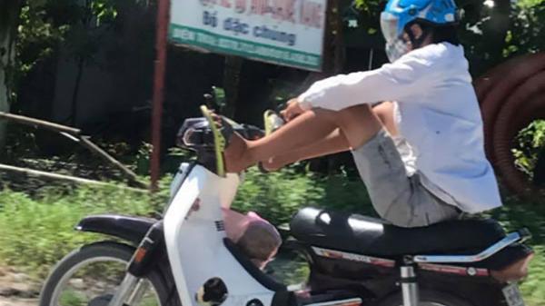 Hoảng hồn: Nam thanh niên lái xe máy bằng hai chân ở Thanh Hóa