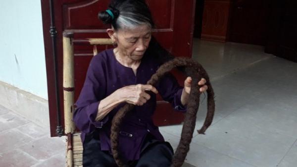 'Mái tóc rồng' 3m của cụ bà người Việt lên báo nước ngoài