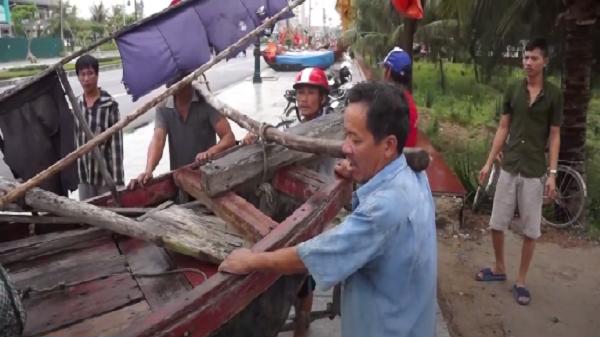 Thanh Hóa: Ngư dân Sầm Sơn hối hả kéo bè mảng lên bờ tránh bão