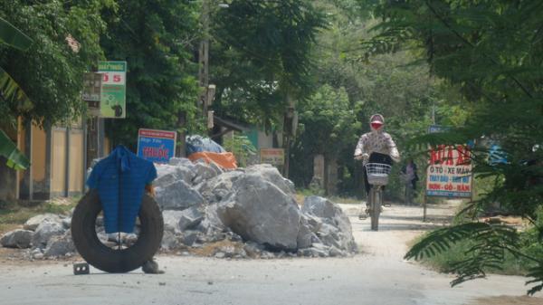 Nông Cống, Thanh Hóa: Dân đổ đất đá chặn đường ngăn xe quá tải