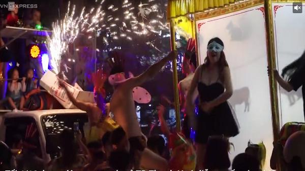 Thanh Hóa: Thanh niên, trẻ em múa lắc trên nóc ôtô đêm trung thu