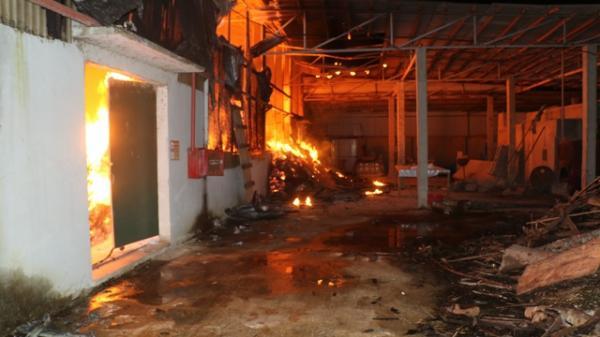 Kinh hoàng: Cháy xưởng tăm đũa suốt 5 tiếng đồng hồ ở Thanh Hóa, toàn bộ nguyên liệu bị thiêu rụi