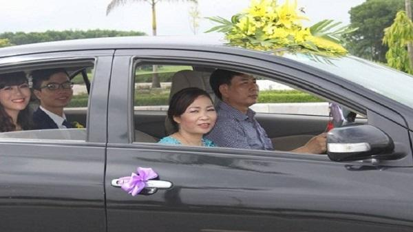 Ghen tỵ với nàng dâu 9X xứ Thanh được bố chồng lái xe đón dâu, mẹ chồng trong dàn bê tráp