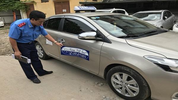 Taxi dù 'chặt chém' khách Tây ra Nội Bài bị phạt hơn 11 triệu đồng