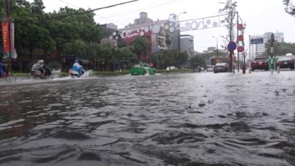 Mưa gây ngập ở TP Thanh Hóa, CSGT dầm mưa điều tiết giao thông