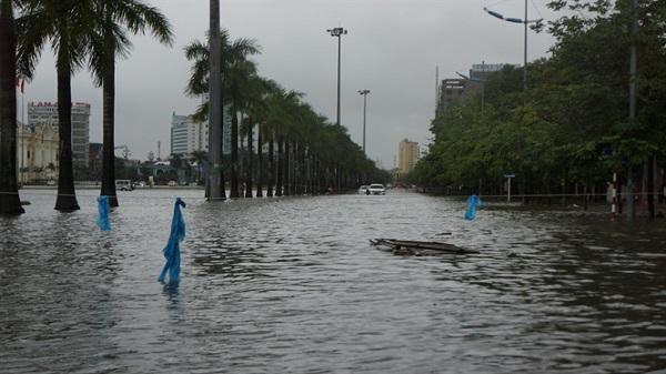 Nhiều tuyến đường TP. Thanh Hóa thành sông sau mưa