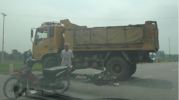Thanh Hóa: Tông vào gầm xe tải, 1 người nguy kịch