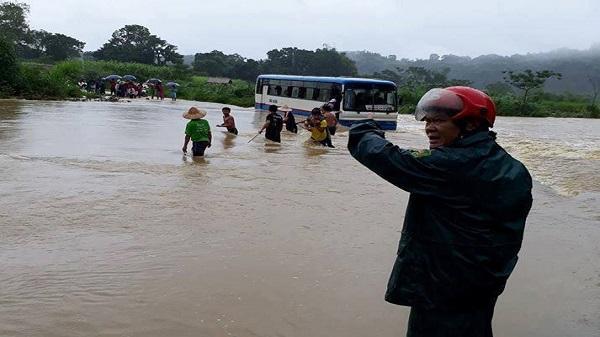 Thanh Hóa: Giải cứu thành công 47 học sinh mắc kẹt giữa dòng nước lũ vì xe chết máy