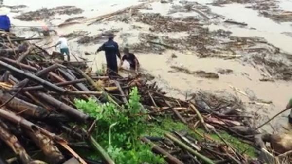 CLIP HOT: Bất chấp nước lũ cuồn cuộn, dân liều mình ra sông Mã vớt củi