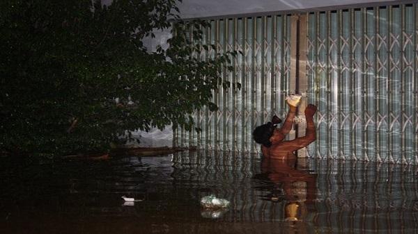 Thanh Hóa:  Nước ngập lút nóc nhà, trắng đêm di dời dân