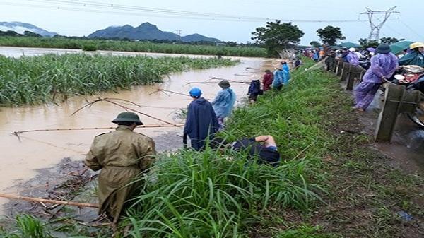 Video: Sau mưa lớn người dân Thanh Hóa kéo nhau đi bắt cá ven đường Hồ Chí Minh
