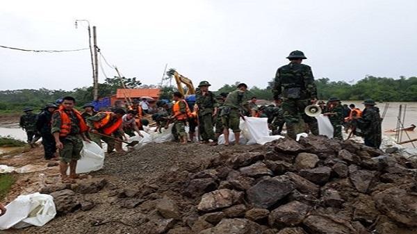 Thanh Hóa: Vỡ đê sông Cầu Chày, hàng trăm người đội mưa cứu đê