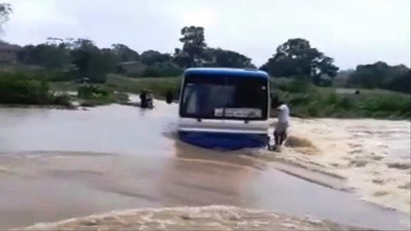 Clip: Hãi hùng cảnh xe ôtô chở 47 học sinh mắc kẹt giữa dòng nước lũ