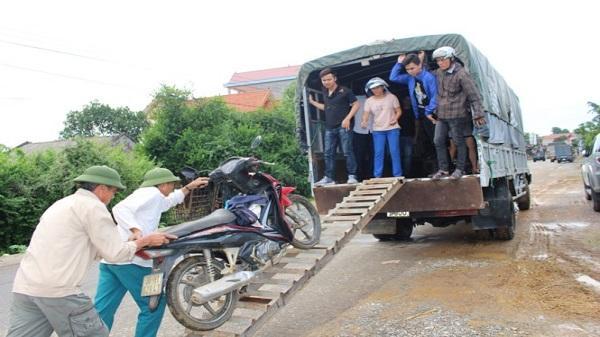 Yên Định (Thanh Hóa): Kiếm lời từ việc chở người và xe qua đoạn ngập lụt