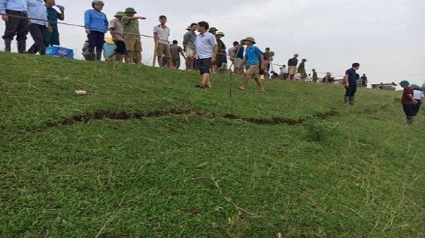 Thanh Hóa: Đê sông Chu bị rạn nứt lớn trong khi bão số 11 lại đe doạ miền Trung