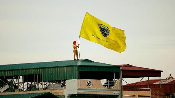 Bị cấm vào sân, CĐV trèo lên nóc nhà cổ vũ Thanh Hóa