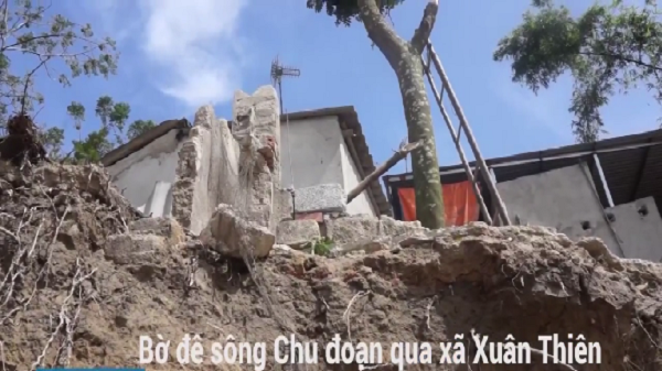Thanh Hóa: Dân tháo chạy vì đê sạt lở vào sát nhà sau lũ