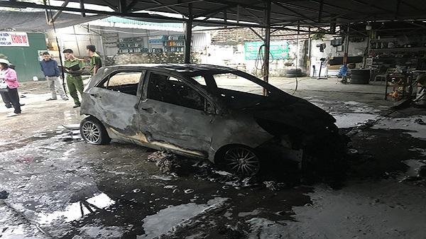 Thanh Hóa: Kia Morning bị thiêu rụi trong bãi giữ xe