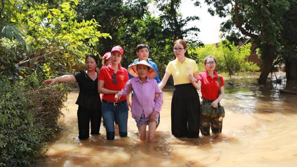 Hoa hậu Bùi Thị Hà lội nước lũ tặng quà người dân