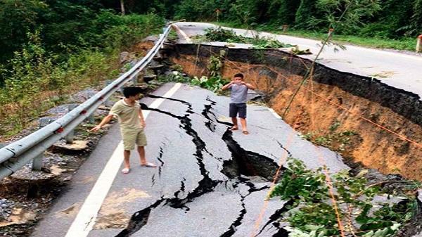 Thanh Hóa: Quốc lộ nghìn tỷ bị xé toạc, sụt sâu cả tảng sau mưa lũ