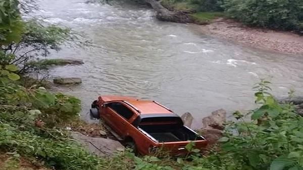 Thanh Hóa: Tá hoả phát hiện người đàn ông tử vong bên chiếc xe bán tải dưới suối
