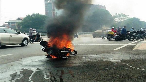 Thanh Hóa:  Người phụ nữ ôm cháu tháo chạy khỏi xe máy cháy ngùn ngụt giữa phố