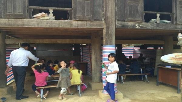 Thanh Hóa: Học sinh túm tụm ngồi học nhờ dưới gầm nhà sàn của dân