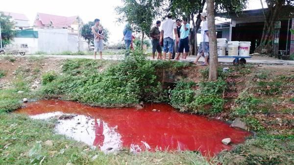Thanh Hóa: Dân hoang mang vì nước thải đỏ như máu nghi thải ra từ nhà máy