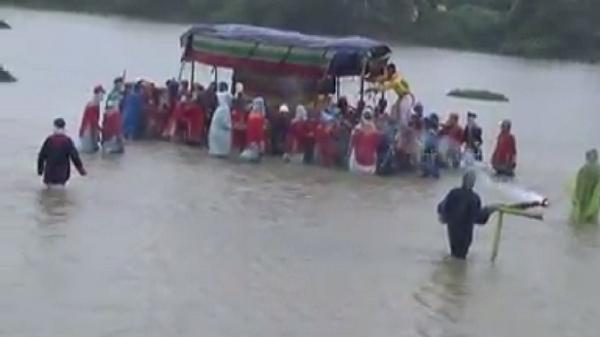 Video: Nghẹn lòng xót xa nhìn đám tang vội vàng trong cơn mưa lũ
