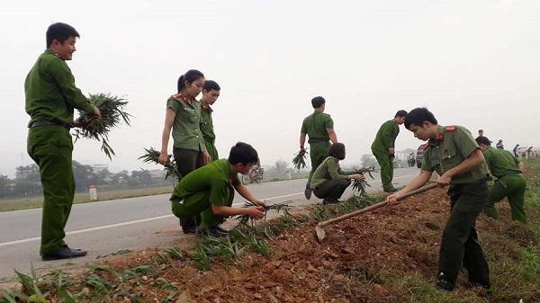 Đoàn thanh niên công an huyện Đông Sơn: Ra quân 'làm đường hoa' trên tuyến quốc lộ 47