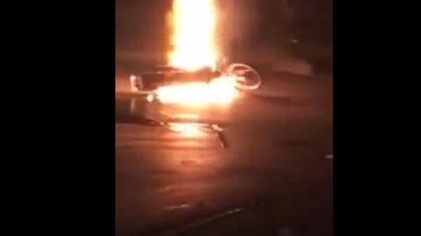 Đi đổ xăng tưởng xăng giả, thanh niên châm lửa đốt thử và nhận ngay hậu quả