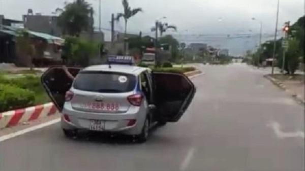 CSGT lên tiếng về xe taxi mở bung cánh cửa chạy trên đường