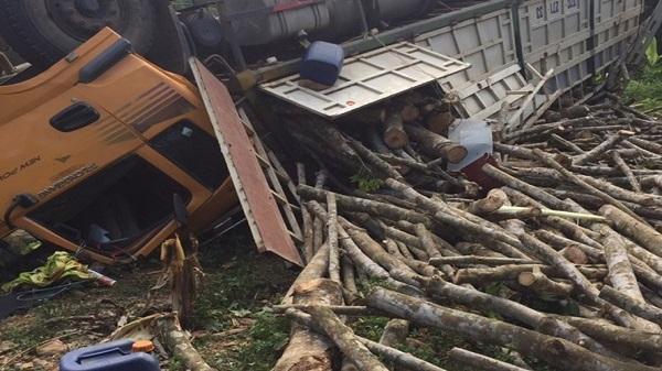 Thanh Hóa: Xe tải mất phanh lật ngửa giữa đường, 2 người trọng thương