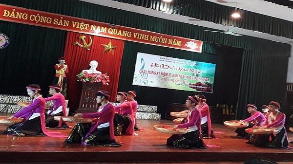 Nam sinh xứ Thanh mặc yếm đào, múa nón quai thao mừng ngày 20/11