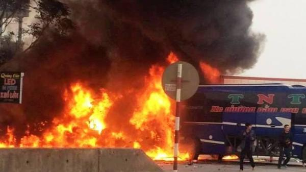 Thanh Hoá: Ô tô khách và xe container bốc cháy ngùn ngụt trên QL1A