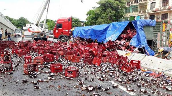 Xe đầu kéo nổ lốp khi ôm cua, nghìn thùng bia đổ ra đường