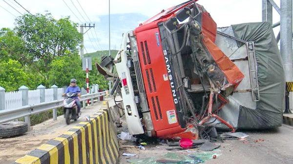 Phú Yên: Xe tải nổ lốp, lật nghiêng chắn ngang Trạm thu phí An Dân