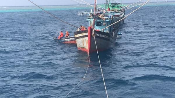 Cứu 5 ngư dân Phú Yên bị nạn trên Quần đảo Trường Sa