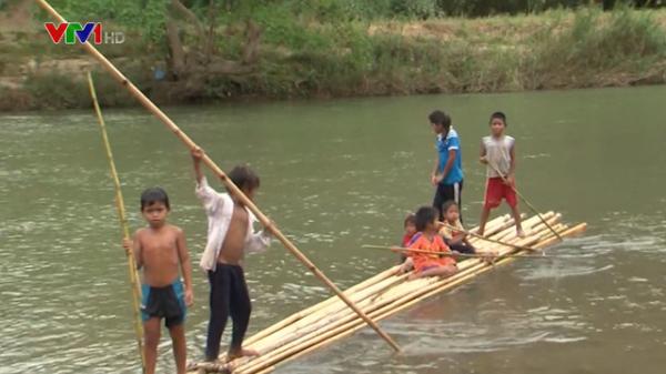 Ninh Thuận: Nguy hiểm rình rập từ những chuyến bè vượt sông