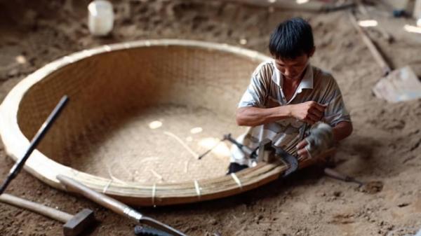 Đôi vợ chồng Phú Yên quyết giữ nghề đan thúng chai