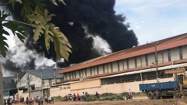 Long An: Kho xưởng cháy dữ dội, nhiều công nhân tháo chạy