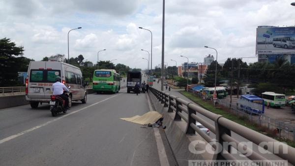 Đồng Nai: Xe tải lôi xe máy trên cầu vượt, một phụ nữ t.ử vong