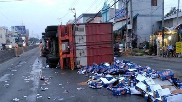 Hành động bất ngờ của người dân khi container chở bia lật nghiêng ở Tiền Giang